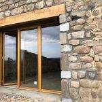 Fabrication et pose d'une porte fenêtre 2 vantaux et d'un châssis fixe en bois